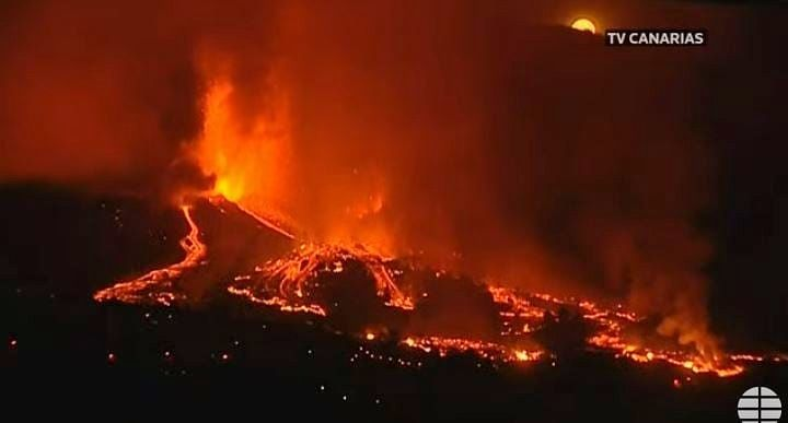 La Palma - the lava fountains during the night from 19 to 20.09.2021 - TV Canarias