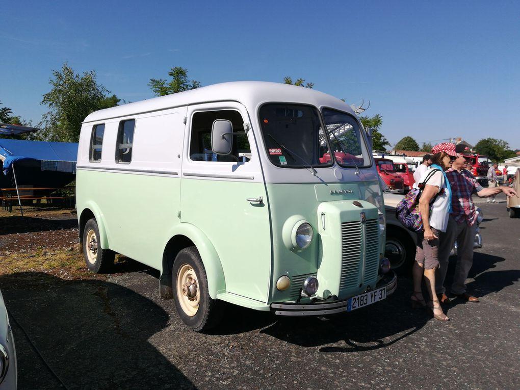 Chez Peugeot : l'utilitaire D3A des années 50 - Une 201 1935 - Tiens le coupé 504 du Capitaine Chérif !... Ah dommage !... Je n'ai pas vu la 403 cabriolet du Lieutenant Colombo...
