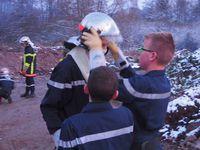 A tour de rôle un JSP aide son camarade à mettre le casque F1