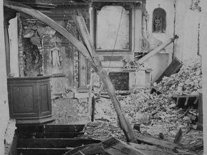 Carte postale de l'église Saint-Martin, démolie par les bombardements précédant la Libération. Photographie montrant une bombe non explosée et une partie du pont ferroviaire démoli (collection privée)..