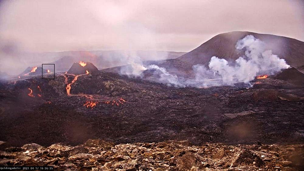 Geldingadalur - nouvelle fissure proche d'un cône formé préalablement (dans l'encadré à gauche) - webcam Geldingadalur / RUV