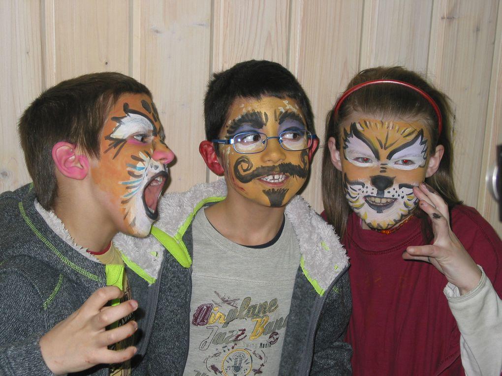 """Atelier """"MAQUILLAGE"""" : les grands et petits se sont trouvés """"un don de maquillage sur visage""""... mais les grands étaient aussi contents que les petits :)"""