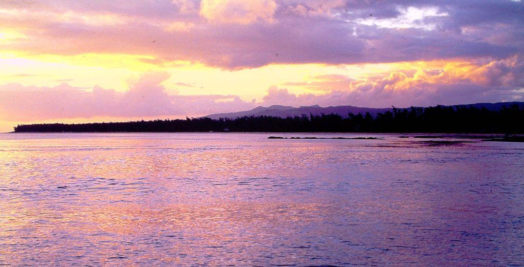 """Quand Baudelaire débarque en 1841 dans l'île de France, il parle d' """"un pays parfumé que le soleil caresse"""". Depuis c'est devenu l' île Maurice et il vaut mieux quitter la côte et ses complexes hôteliers pour découvrir l'âme mauricienne, la mondialisation à base de diverses formes de juteux placements financiers étant passée par là, comme les centaines de bateaux de pêche chinois ( thon ) et les dizaines d'usines de textiles hors-taxes ( main d'oeuvre chinoise ). Par bonheur, l'intérieur de cette île de l'Océan indien continue à vivre hors des modes."""