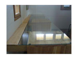 bande de peuplier côté mur derrière les panneaux de verre - tiroirs avec coulisses latérales à sortie totale.
