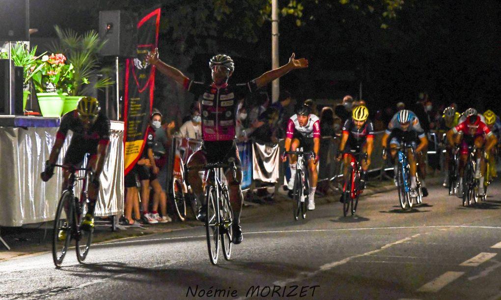 Willy PERROCHEAU (CC Périgueux Dordogne) a remporté, ce samedi soir, la première édition du Grand Prix Mercedes Benz-Trophée de la Ville de Châteauroux (Indre), une épreuve Toutes Catégories organisée par l'ASPTT Châteauroux Cyclisme. Il a devancé Lotfi Tchambaz (Paris C O) et Dillon Corkery (Restauraton 89) - (Noémie MORIZET - Actualité - DirectVelo - Florence Haultcoeur Pellattiero- Léa LEMOINE)
