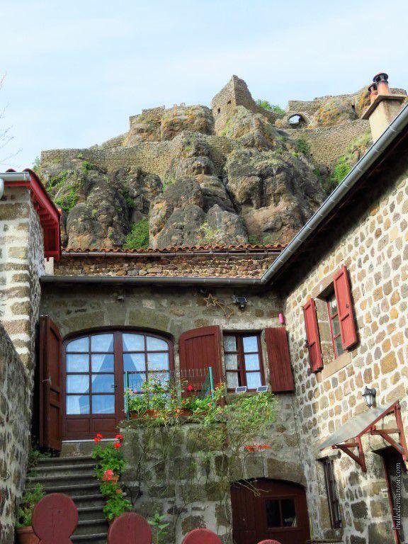 Un des maisons accolées à la falaise