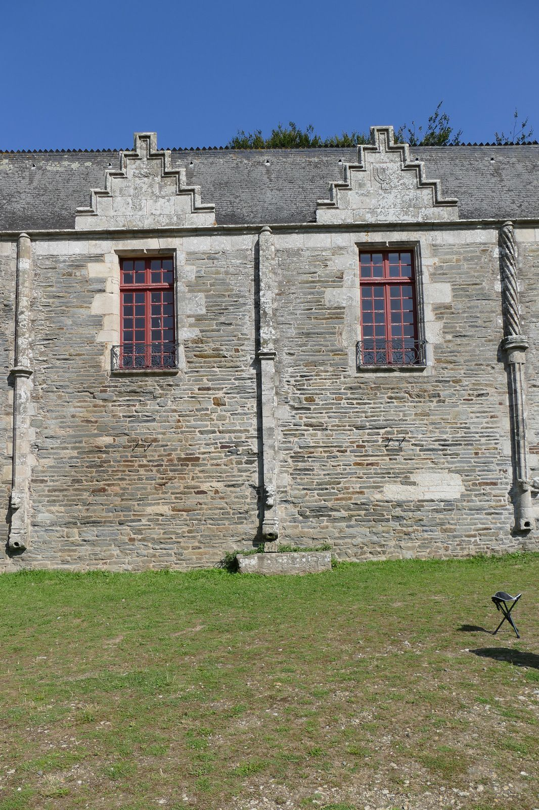 Conduite de gouttière du château de Pontivy. Photographie lavieb-aile 18 août 2021.