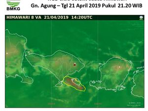 Agung - 21.04.2019 / 19:18 - photo Telkom; Ash drift to the southeast while sparing the airport - Doc. BMKG / Himawari 21.04.2019 / 21:20 - a click to open and enlarge