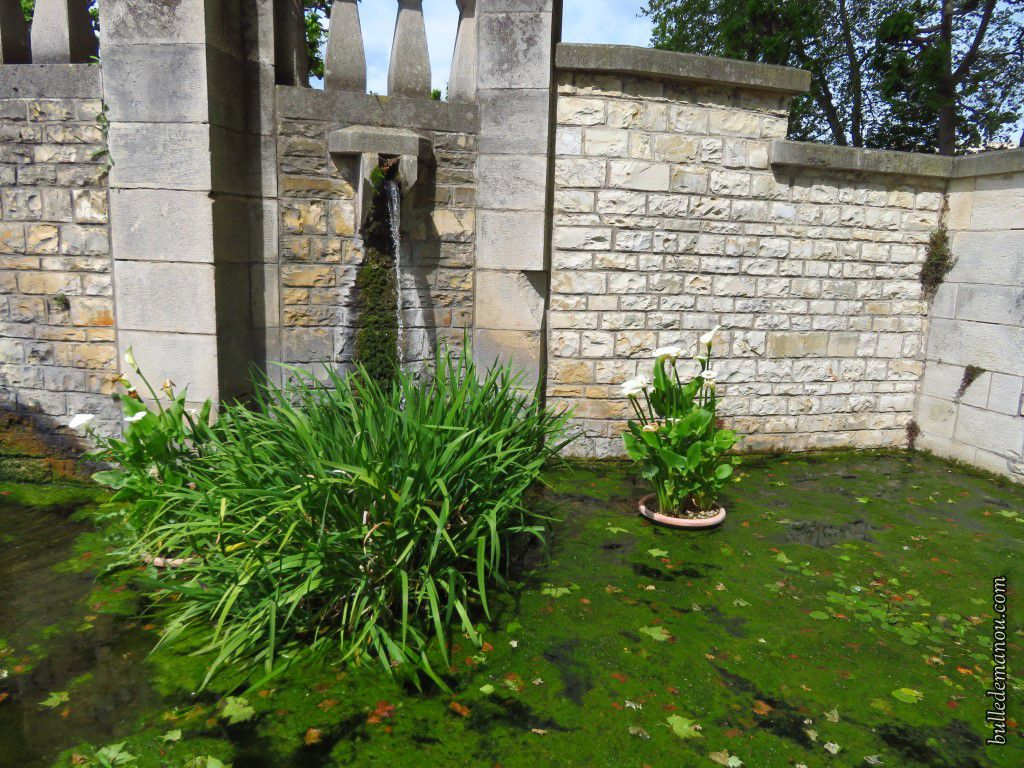 Bassin, fontaine et panneaux explicatifs.