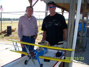 23 octobre 2010. Mike sans rentrer dans les détails à couper l'émetteur avant le Rx de l'avion moteur tournant de son Stearman électrique. Le moteur s'est mis à accélérer brutalement alors que le pilote se trouvait dans le champ de l'hélice, petite faute d'inattention. Bilan : 22 pointes de sutures. Quand je pense que j'entends souvent dire sur les terrains, l'électrique ça ne risque rien vu qu'on ne tourne pas l'hélice pour démarrer !!