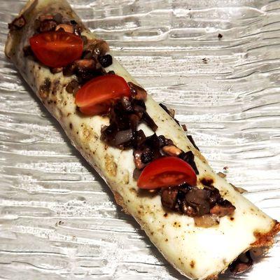 Omelette de blanc d'oeufs roulée, duxelle de champignons de Paris et vinaigrette aux jaunes d'oeufs