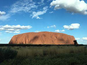 Uluru, magie du coucher du soleil sur la roche ocre et rouge. Amazing !