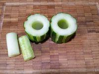 1 - Couper le concombre lavé et séché en petits tronçons. Canneler la peau du concombre à l'aide d'un épluche patates. Evider le centre du concombre avec un emporte pièce rond d'un diamètre légèrement inférieur à celui des tomates cerises. Coincer les tomates cerises au coeur des tronçons de concombre cannelé. Découper en fines rondelles.