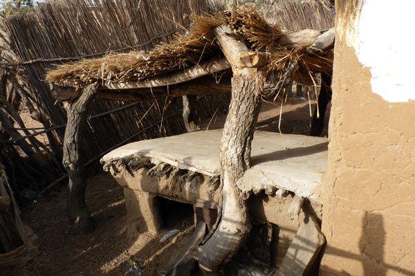 Le poulailler de Mamadou Diakhité, encadré par des petits abris pour les poules couveuses, et des thially pour protéger de la chaleur.