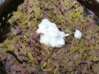 2 - Pendant ce temps, écraser les haricots à la fourchette. Au bout des 10 mn sortir le canard du four, retirer les herbes du plat, et émietter encore plus finement le confit de canard. Ajouter les haricots verts, mélanger, puis le fromage blanc, poivrer et bien mélanger à nouveau. Placer vos rillettes dans un bocal et mettre au frais dans le réfrigérateur. Pour déguster, faire toaster des tranches de pain de campagne et tartiner vos rillettes dessus !