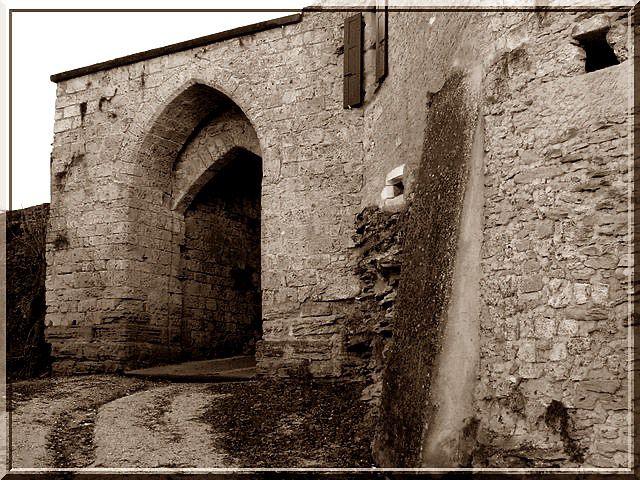 L'entrée du bourg est fortifiée... Patte blanche il faut montrer