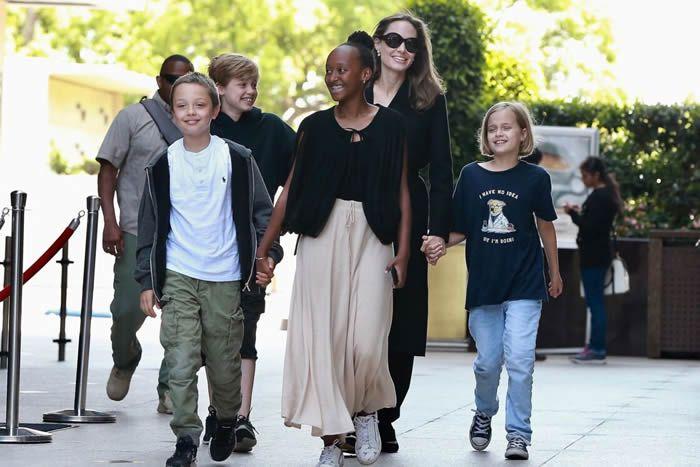 © Backgrid USA / BestimageAngelina et ses enfants Shiloh, Maddox, Vivienne Marcheline, Zahara, Knox et Pax, dans les rues de Los Angles, en 2018.