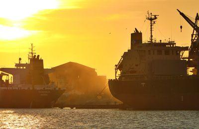 Quand le soleil se couche derrière le port de commerce...