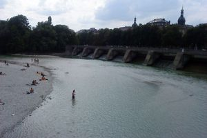 Photos de vacances. Milieu d'après midi d'été au bord de l'Isar à Munich