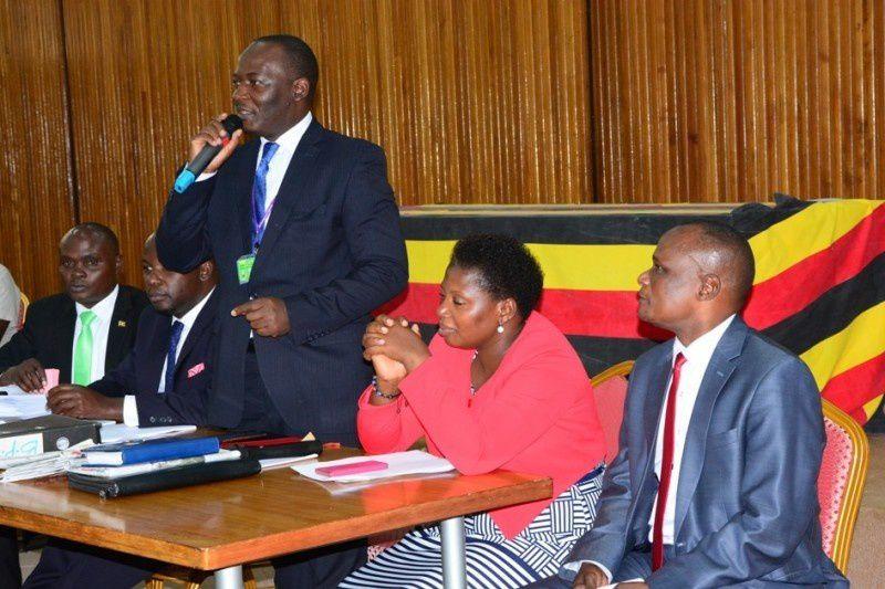 Imágenes del tribunal ugandés que examinó a Cissy Namujju Dionizia, diputada del partido gobernante que perdió su escaño en el parlamento por carecer de un diploma acorde a las exigencias del cargo que iba a desempeñar.- El Mnui.