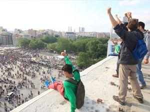 Manifestants sur la terrasse de l'AKM. A gauche, Radikal, 2 juin 2013. A droite, Hürriyet, 9 juin 2013. Cliquer pour agrandir