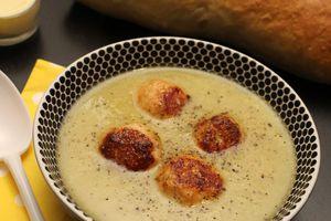 Soupe de salade et ses boulettes de poulet