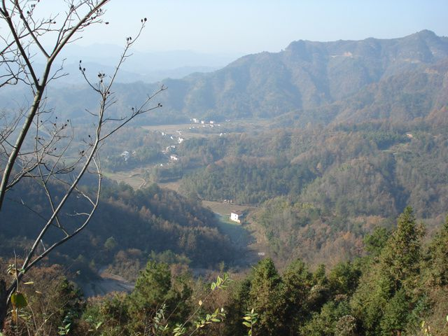 Anhui, les alentours offrent des paysages idéaux pour des treks de 2 ou 3 jours ou des sorties d'une journée... de Hua Guo Shan, nous pouvons accéder à Qi Yun Shan par la montagne. A quelques km, se trouve un autre lieu de camping, aux abords d'u