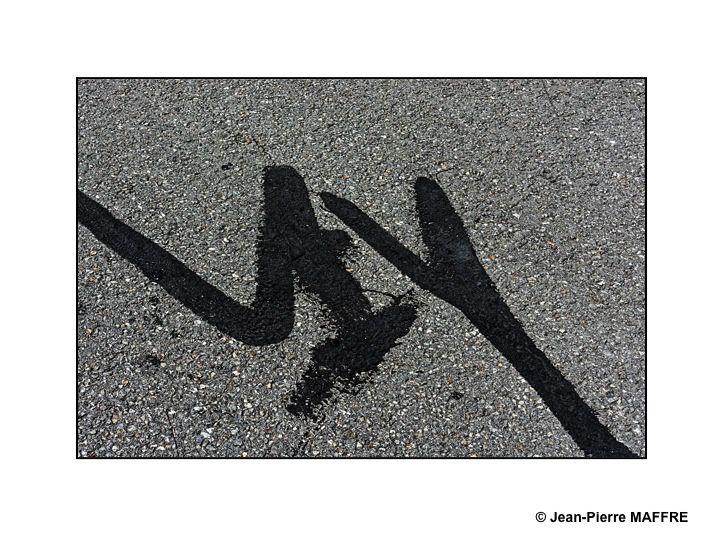 Sous nos pieds, on peut parfois trouver des œuvres éphémères crées par des artistes qui s'ignorent.
