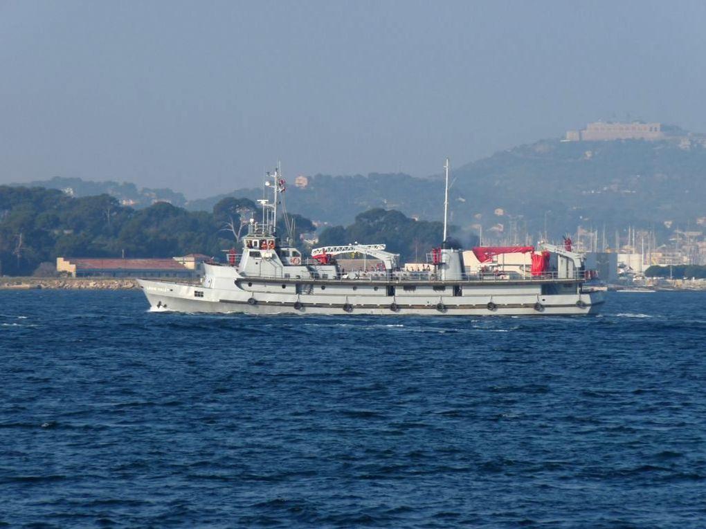 LOUIS COLET , bateau pompes du port autonome de Marseille , armé par le Bataillon des marins pompiers de Marseille