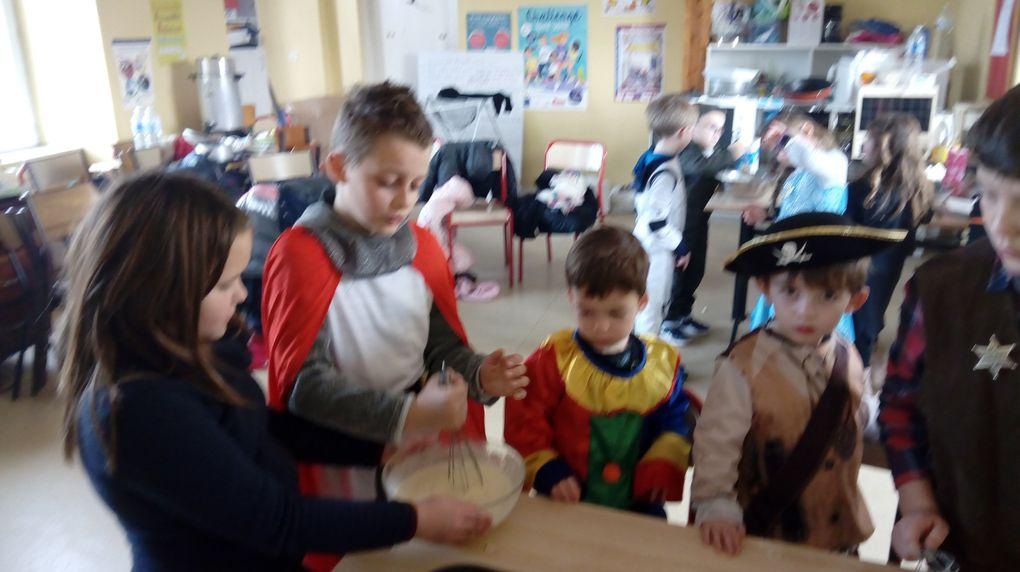 Première étape préparation de la pâte à crêpes. Ensuite chacun a fait ses petites crêpes! Les grands ont aidé les plus petits, c'était très sympa!