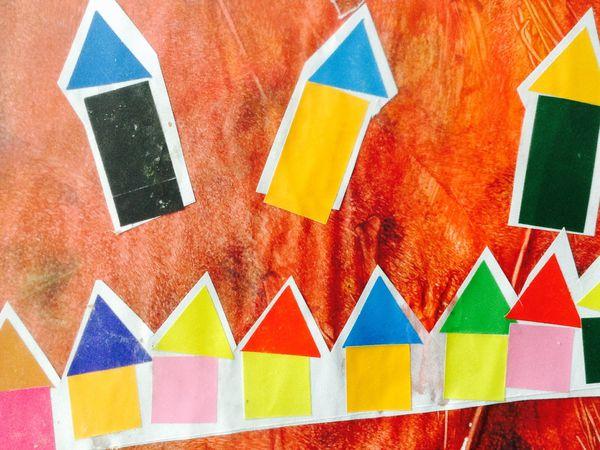 Les compositions en gommettes avec les enfants d'âge préscolaire