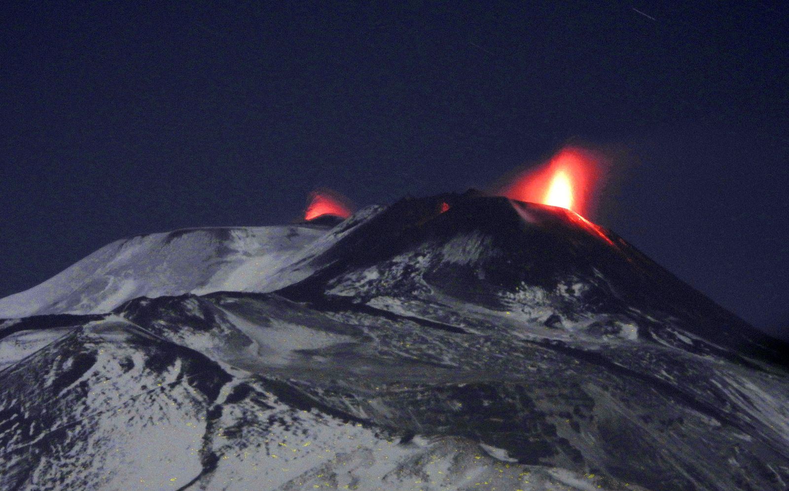 Etna - in the evening of 28.12.2020, strombolian activity with voragine and south-east - photo Boris Behncke