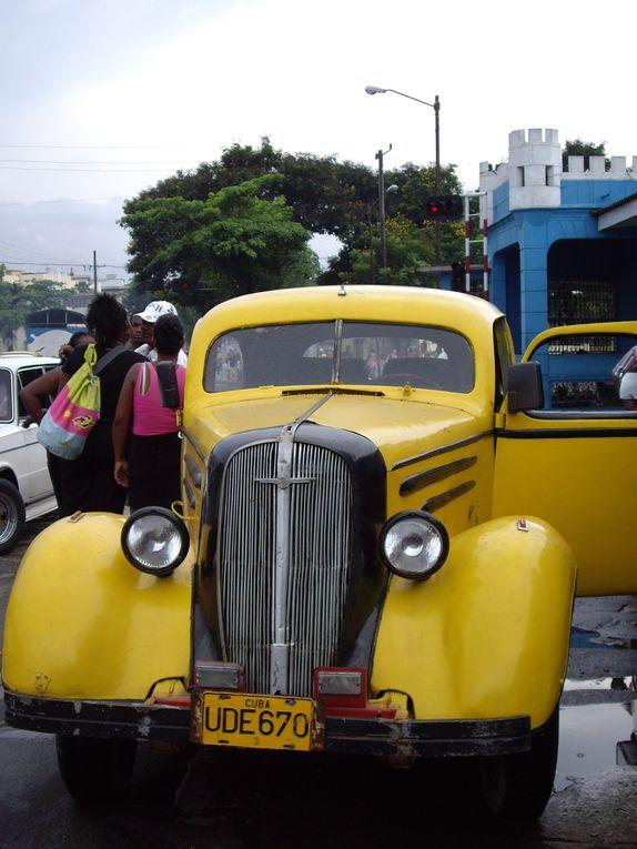 """Le 4 août 2006, un jour après la """"disparition"""" de Fidel Castro, nous arrivons pour un tour d'un mois dans ce pays magique où les langues se délient ... nous n'arriverons pas à comprendre la complexité des situations, chaque famille de Cuba EST"""