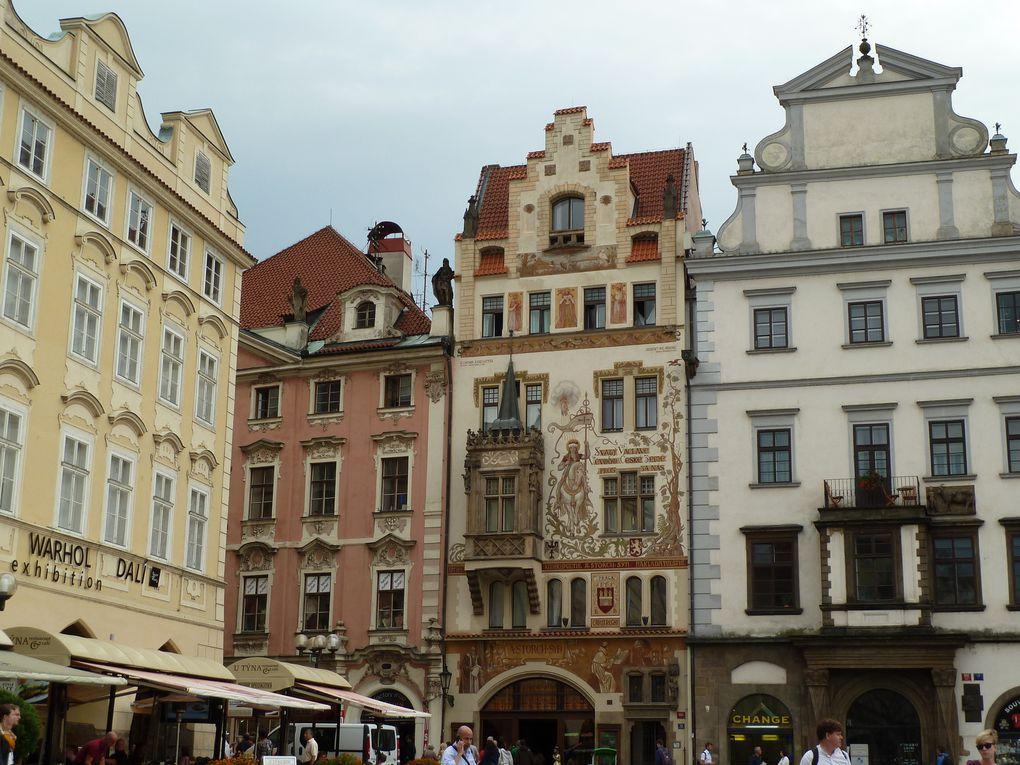 La Place de la Vieille Ville située au cœur du centre historique de la capitale tchèque. Les bâtiments anciens, souvent très colorés, qui bordent la place lui donnent son cachet et offrent par leur architecture un raccourci de l'histoire de la cité.