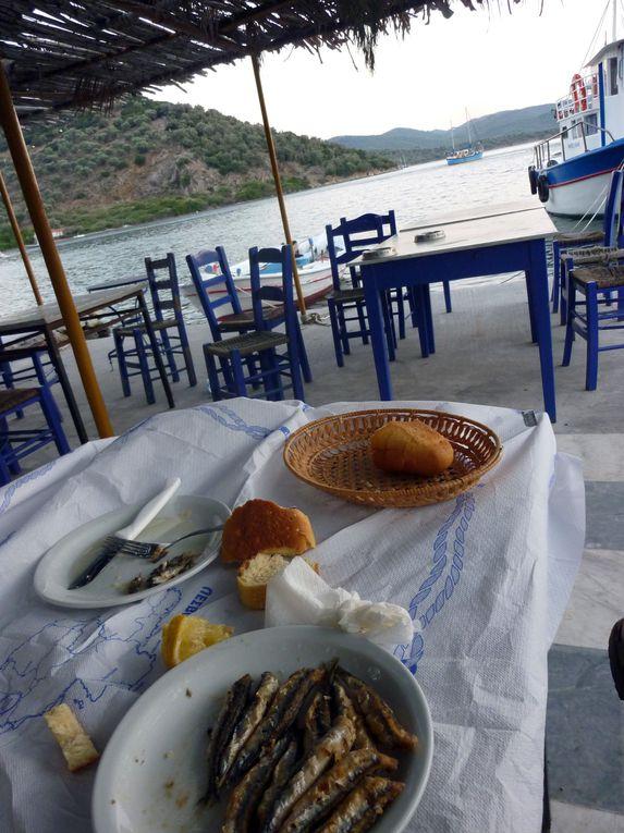 Loutra, tout petit port dans la grande baie de Geras (Yéras) un petit coin paradisiaque à l'abri du Meltem. Anak y a jeté l'ancre à 100m de la Taverna :-)