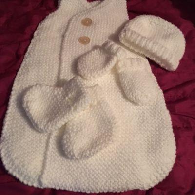 gigoteuse,bonnet ,moufles et chaussons pour bébé neuf taille 0/1 mois