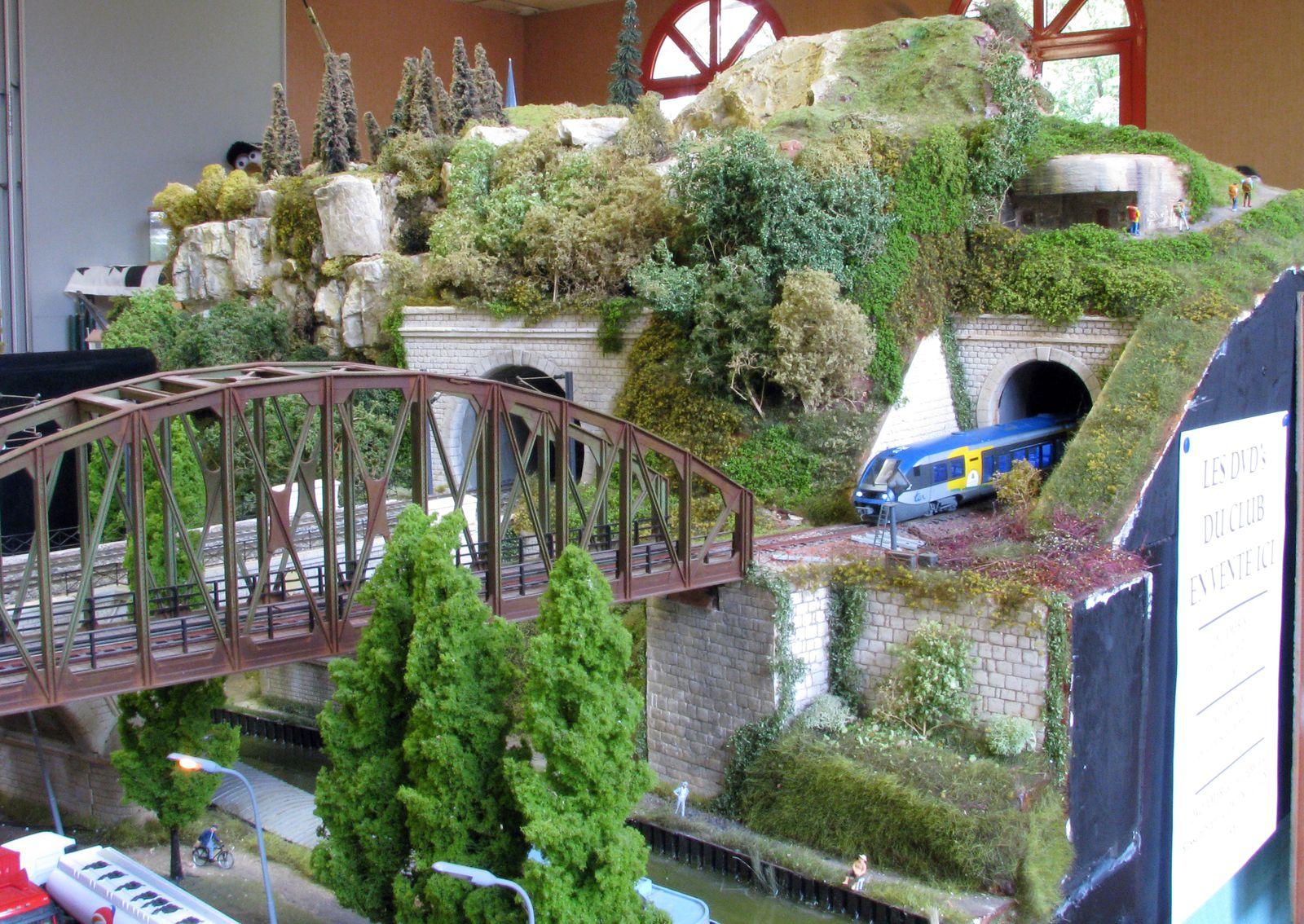Un X 73500 sort du tunnel de Bellevue et va franchir le pont du canal avant d'entrer en gare de Verrières, son terminus.