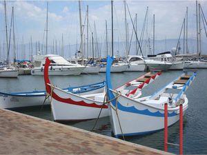 Le quai des pêcheurs, l'aire de carénage et son slipway, les yoles des joutes nautiques...