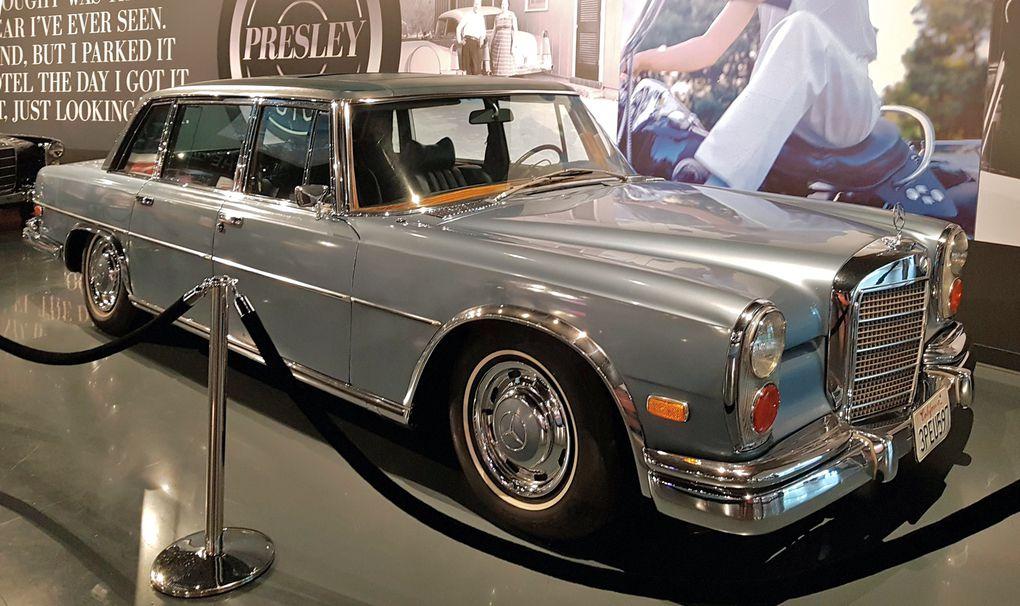 """Deux Mercedez Benz Pullman 600 dont la limousine """"Midnight Blue"""" de 1969 munie d'une TV et d'un téléphone."""