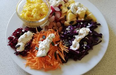 Salade composée rouge aux graines & sa sauce yaourt aux sésames & herbes fraîches