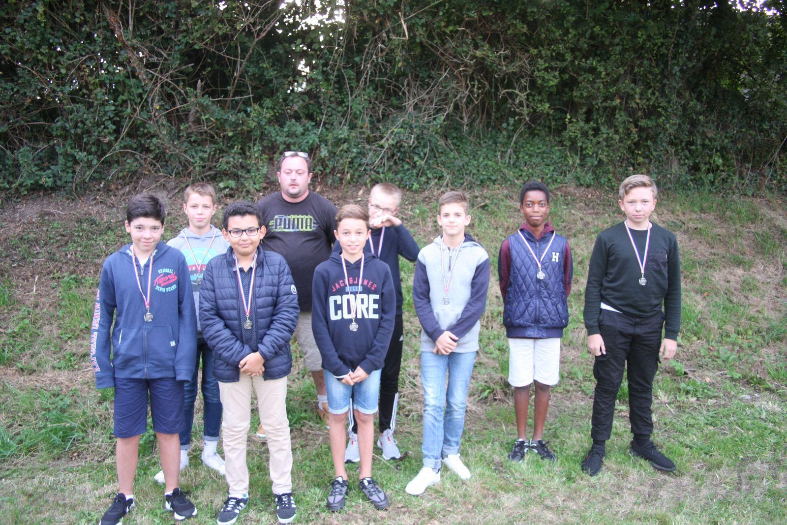 Une belle saison pour les U13 qui arborent leur médaille du district.