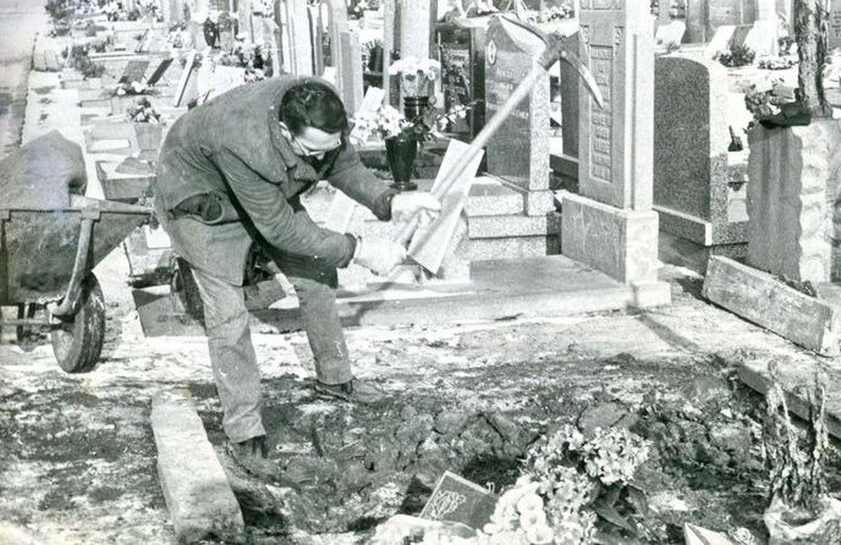 Léon Nuyttens (responsable du cimetière d'Halluin de 1967 à 1993) lors du rude hiver de Février 1985, époque laborieuse où le travail des fosses s'effectuait uniquement à la pioche et à la bêche !