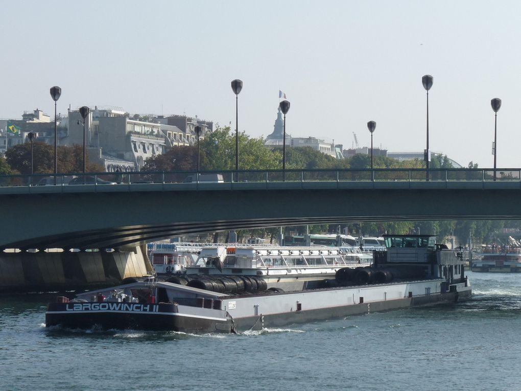 L'ARGOWINCH II , péniche au  passage de Paris