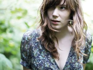 ladylike lily, une jeune bretonne à l'univers musical enfantin et minimaliste évoquant kate bush