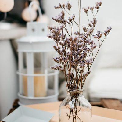 Un joli bouquet de fleurs séchées distille une ambiance champêtre dans l'intérieur