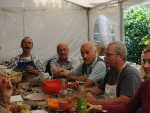 les enfants avec leurs enseignants et Lucile notre animatrice nature, le tipi a prouvé qu'il avait une belle présence,et l'équipe cuisine presque au complet