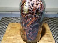 2 - Vider complètement le vin en prenant soin de garder toutes les écorces dans la bouteille. Remplir successivement avec 25 cl de sucre de canne, 25 cl de rhum ambré et 25 cl de vin rouge (ou plus si votre bouteille  est d'une contenance plus importante, mais toujours en respectant les proportions de 1/3 pour chaque liquide). Laisser macérer pendant 1 mois minimum et déguster avec modération bien entendu !