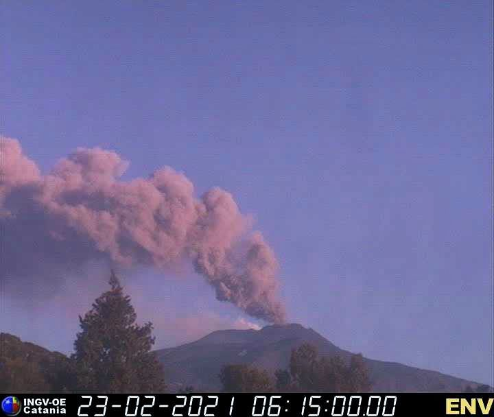 Etna - 02.23.2021 - at 6.15 am, an ash plume overcomes the SE craters - INGV webcam