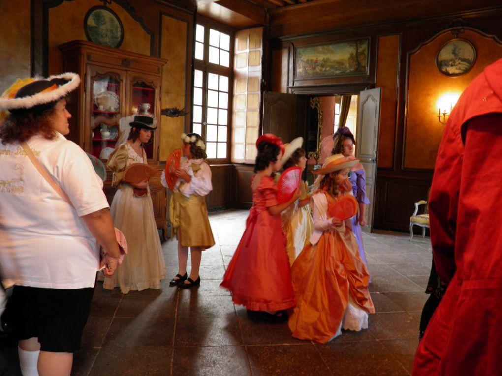 Séance cinéma annulée ! Mais la troupe Dauphin Dauphine accompagne les visiteurs de ce vendredi après midi humide.