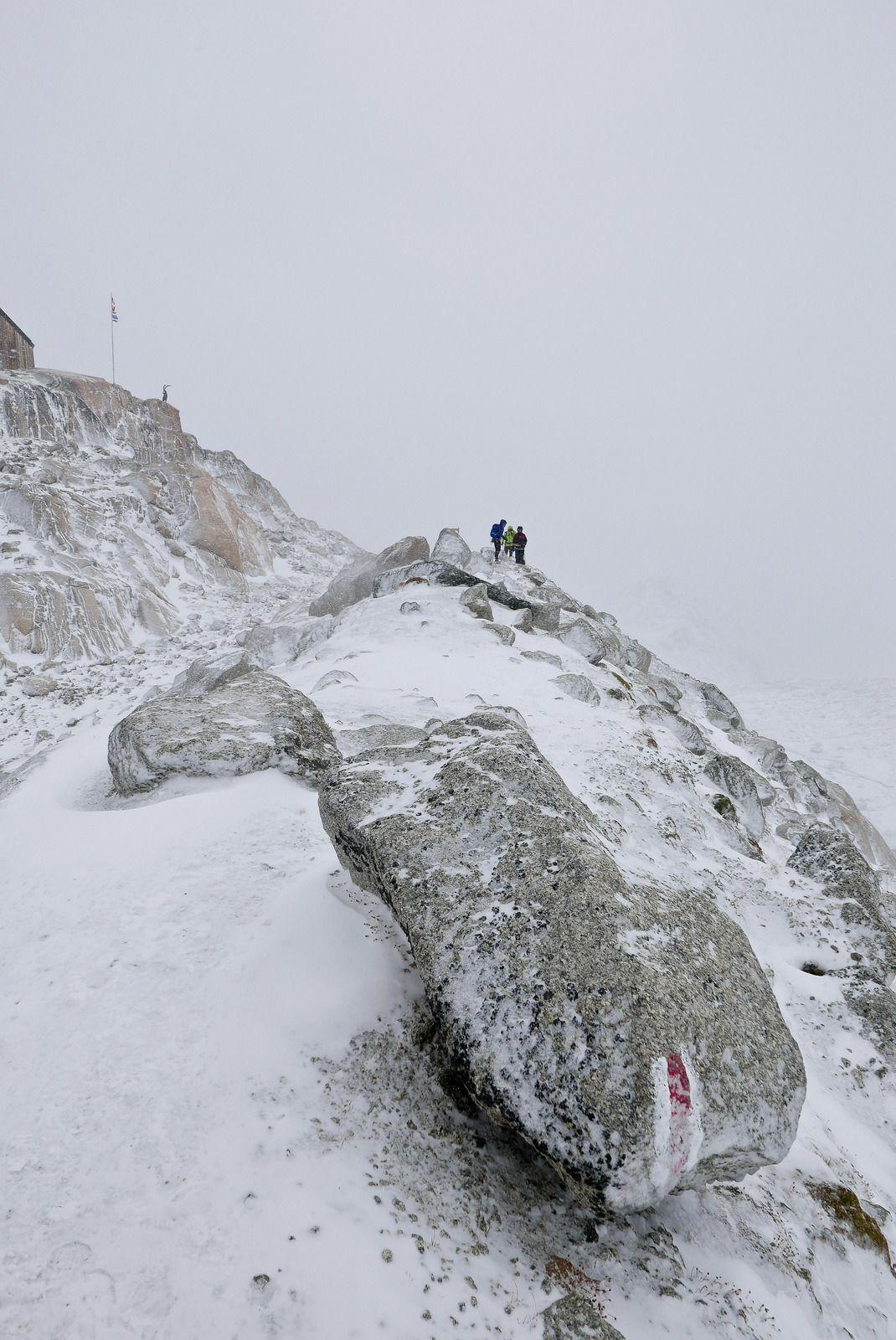 Dans la nuit une tempête de vent c'est levé est perdure le matin avec des chutes de neige conséquentes. Au vue des conditions et de la visibilité, nous prenons les décisions de redescendre avec un petit crochet par le glacier.